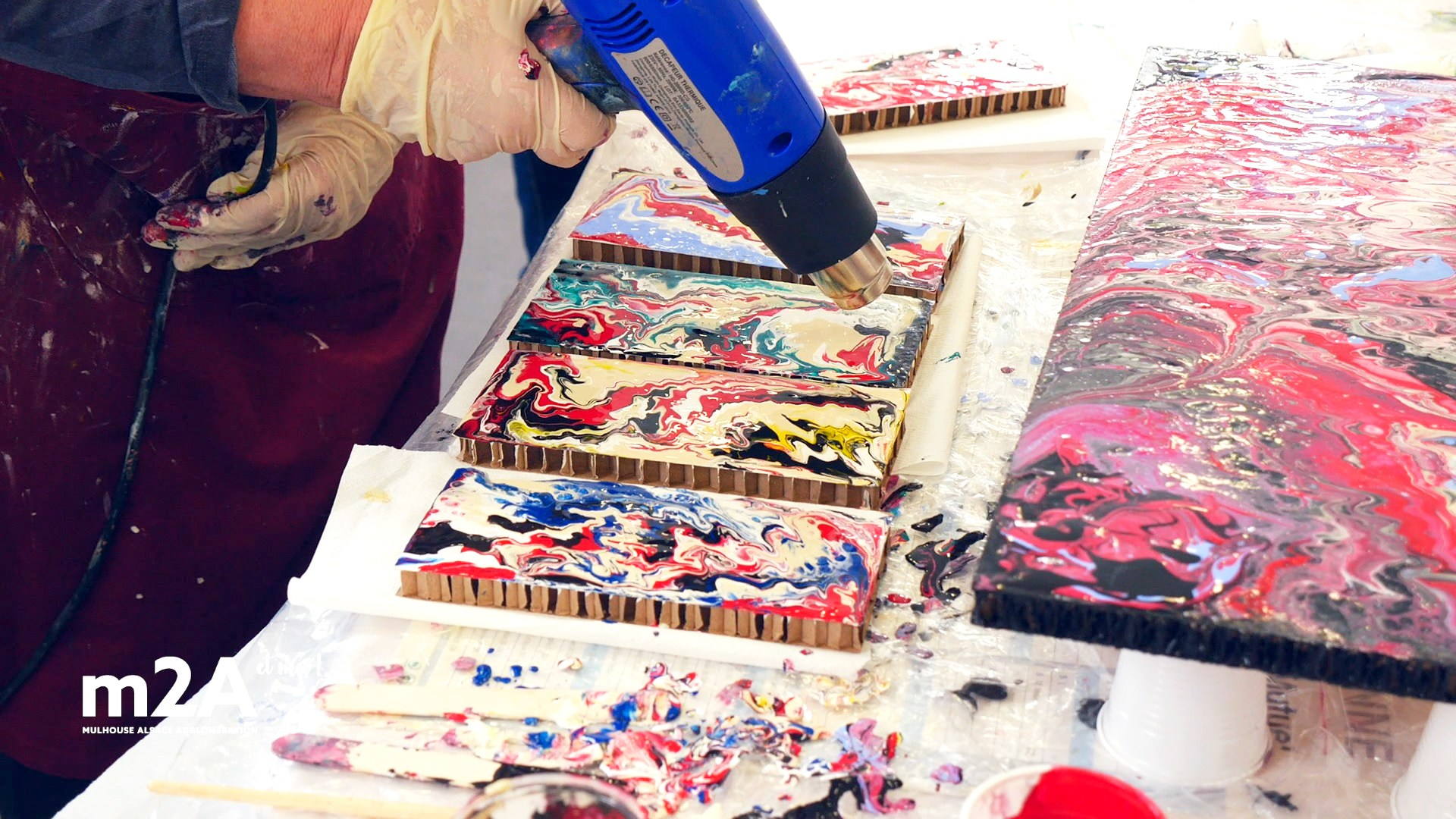webserie-bruebach-atelier-artistique-anne-pouring-peinture