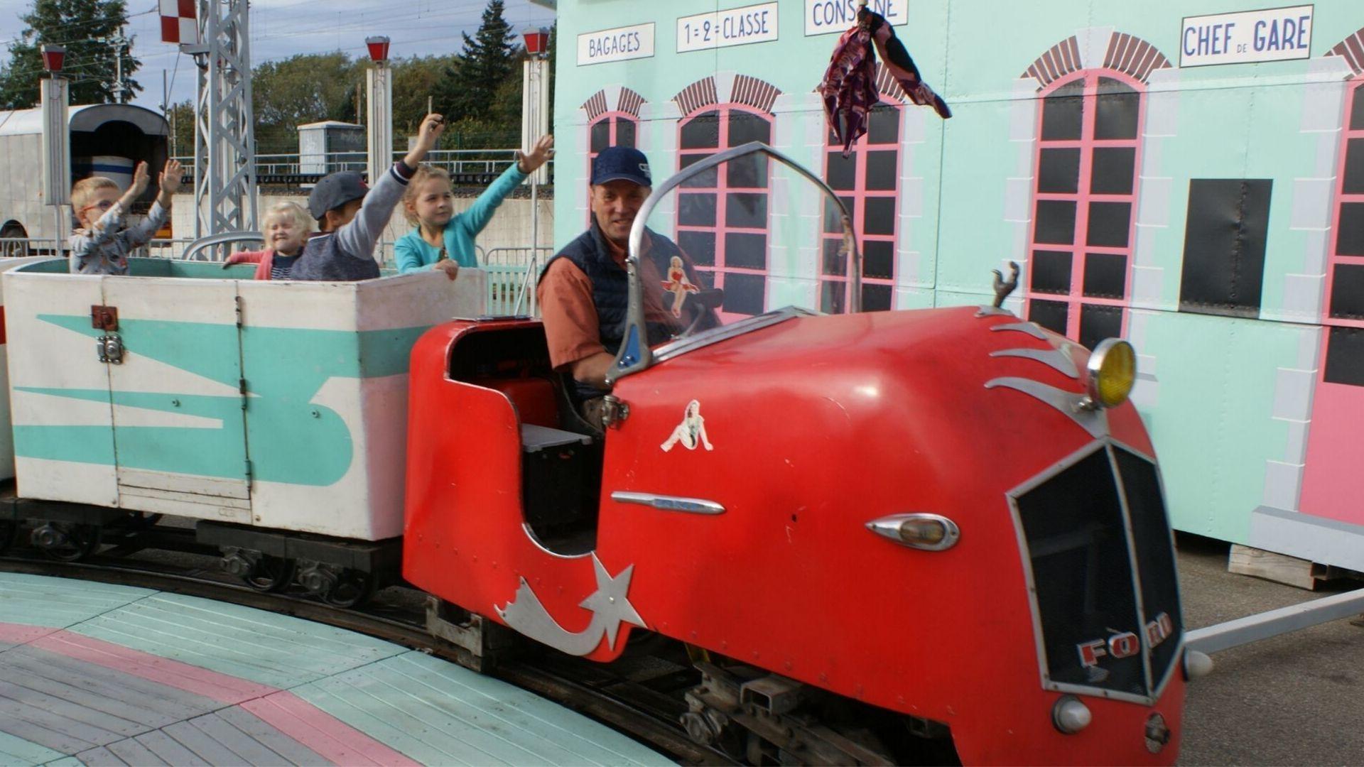 Le petit train vous emmène à l'exposition extérieure