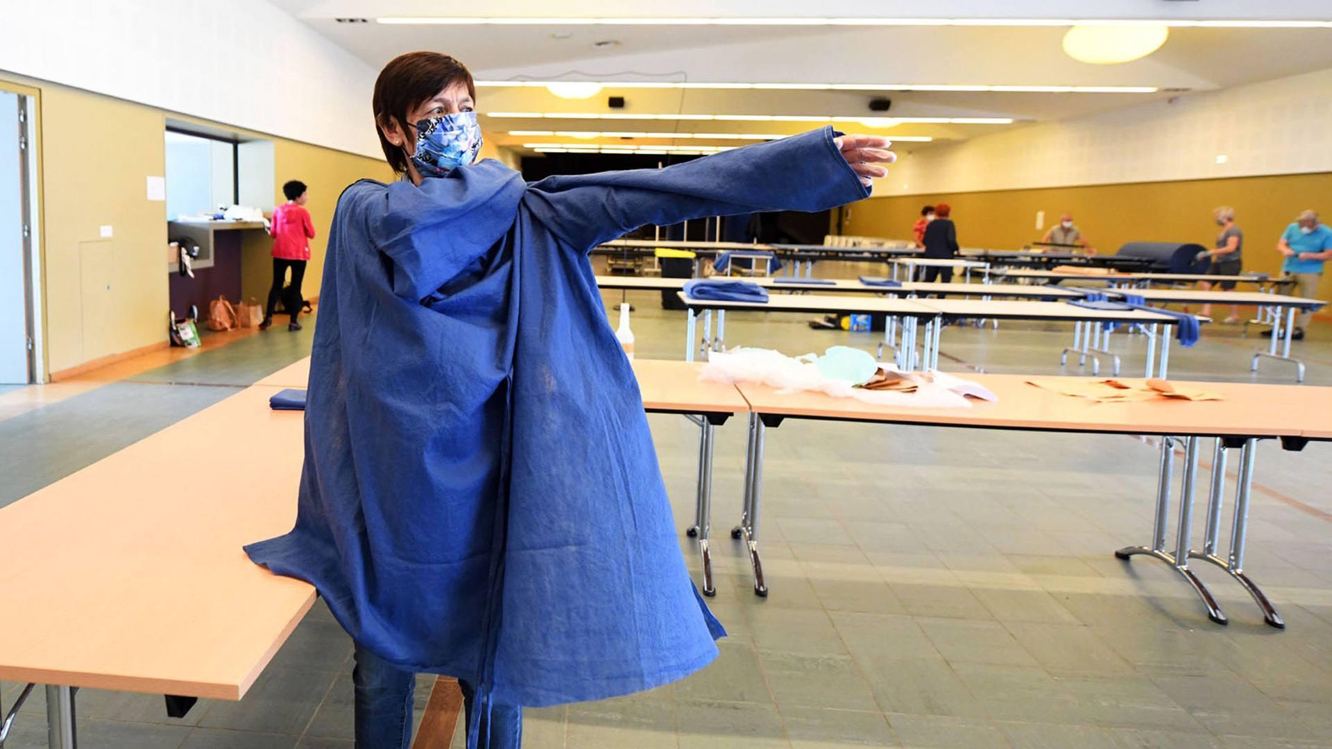 Dorothée Dumortier teste un prototype de blouse