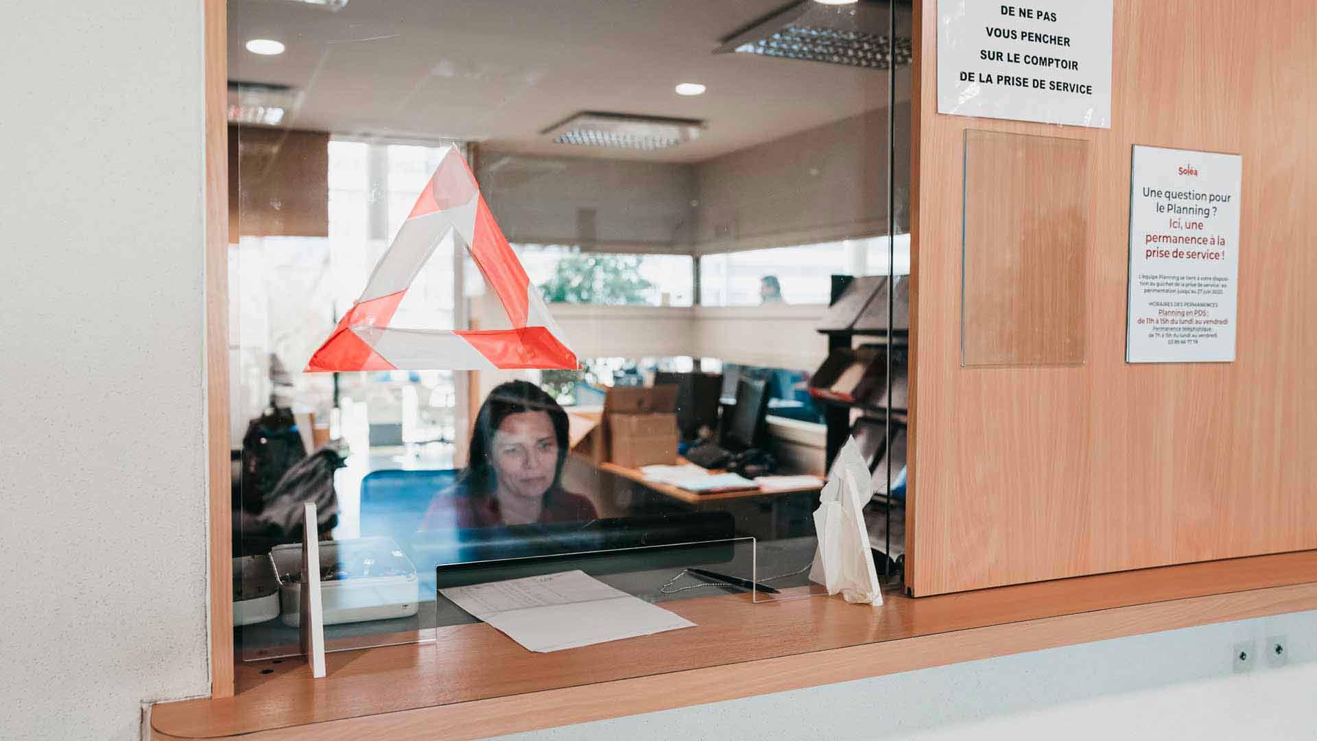 Soléa : le comptoir de prise de service est un lieu d'échange entre les conductrices, conducteurs et les agents d'exploitation afin de délivrer toutes les informations utiles au moment de la prise de poste.