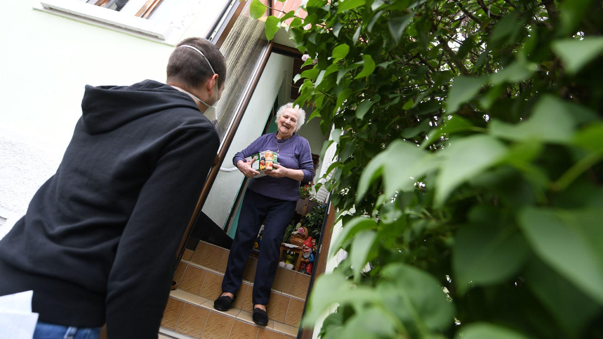Une visite ou un appel pour les seniors