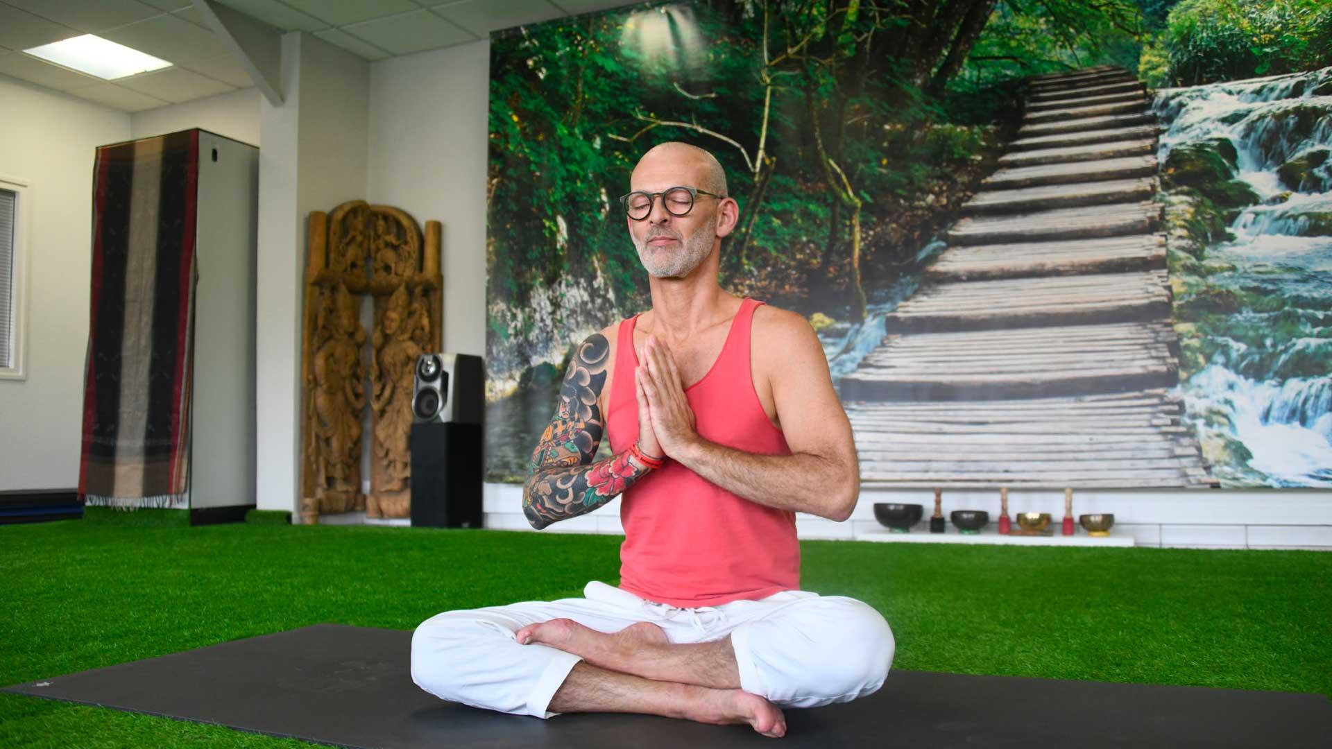 Fredi Yogi pendant ses cours de yoga