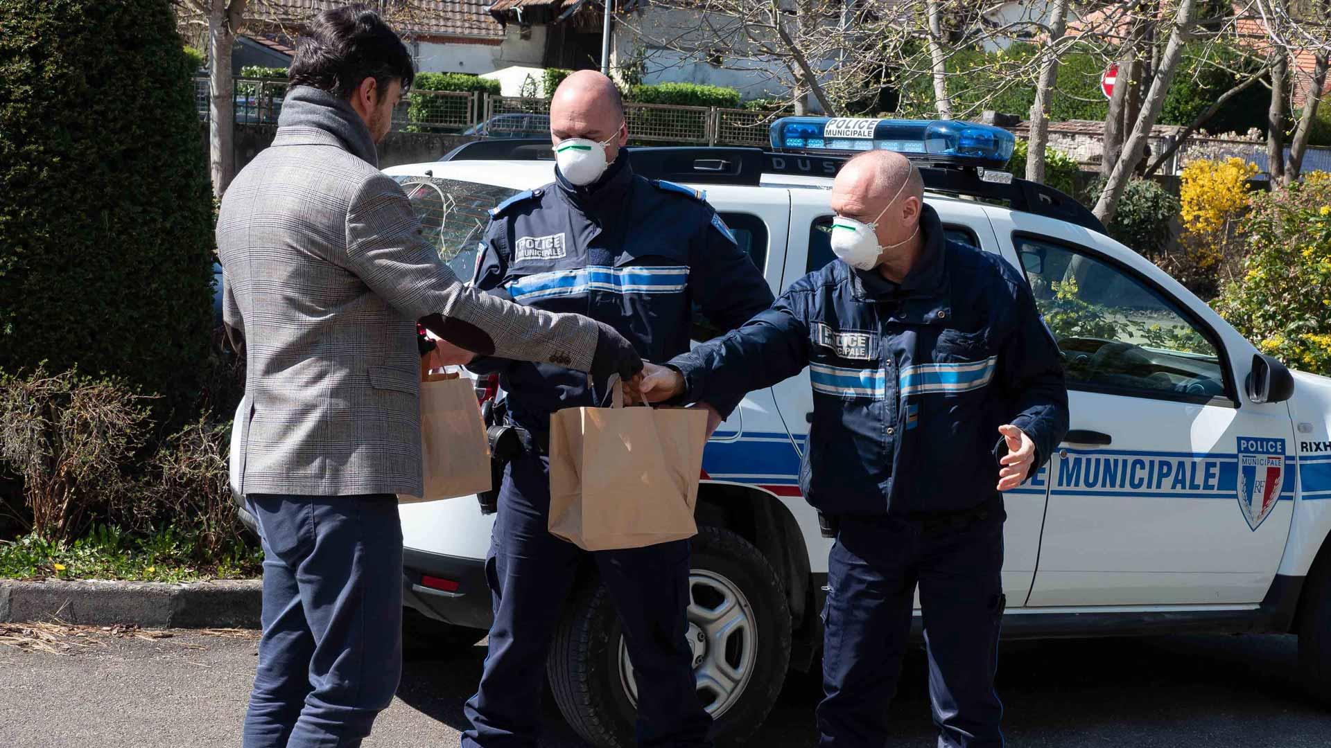 Distribution des repas à la police municipale