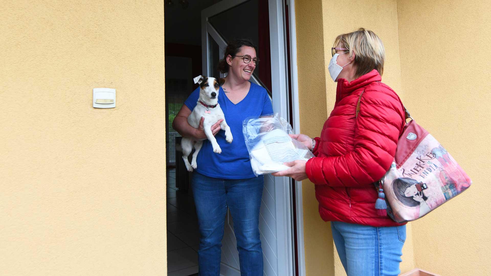 Catherine Muller, conseillère municipale livre les kits aux couturières