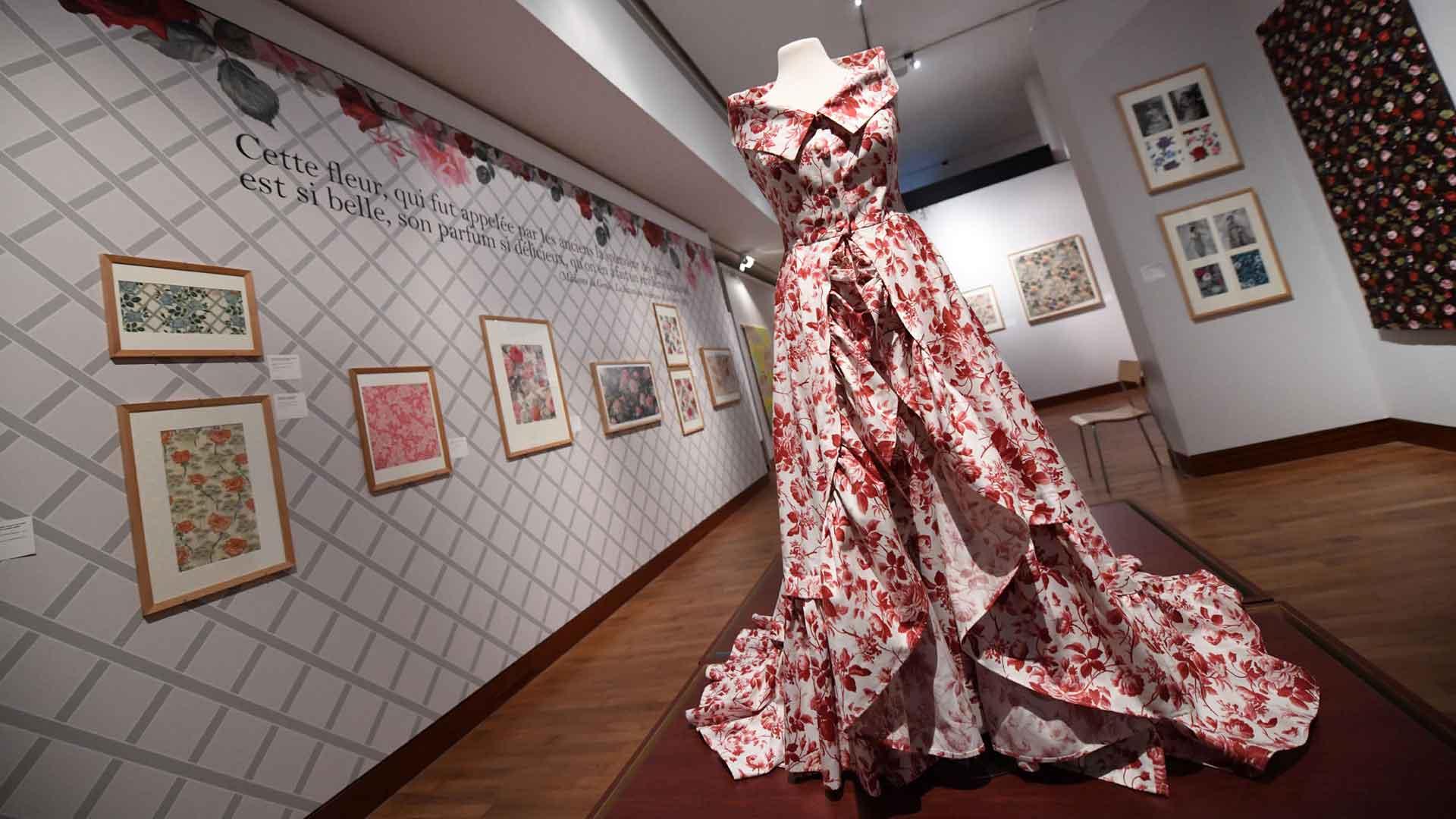 Cette magnifique robe à fleurs trône au milieu de l'exposition