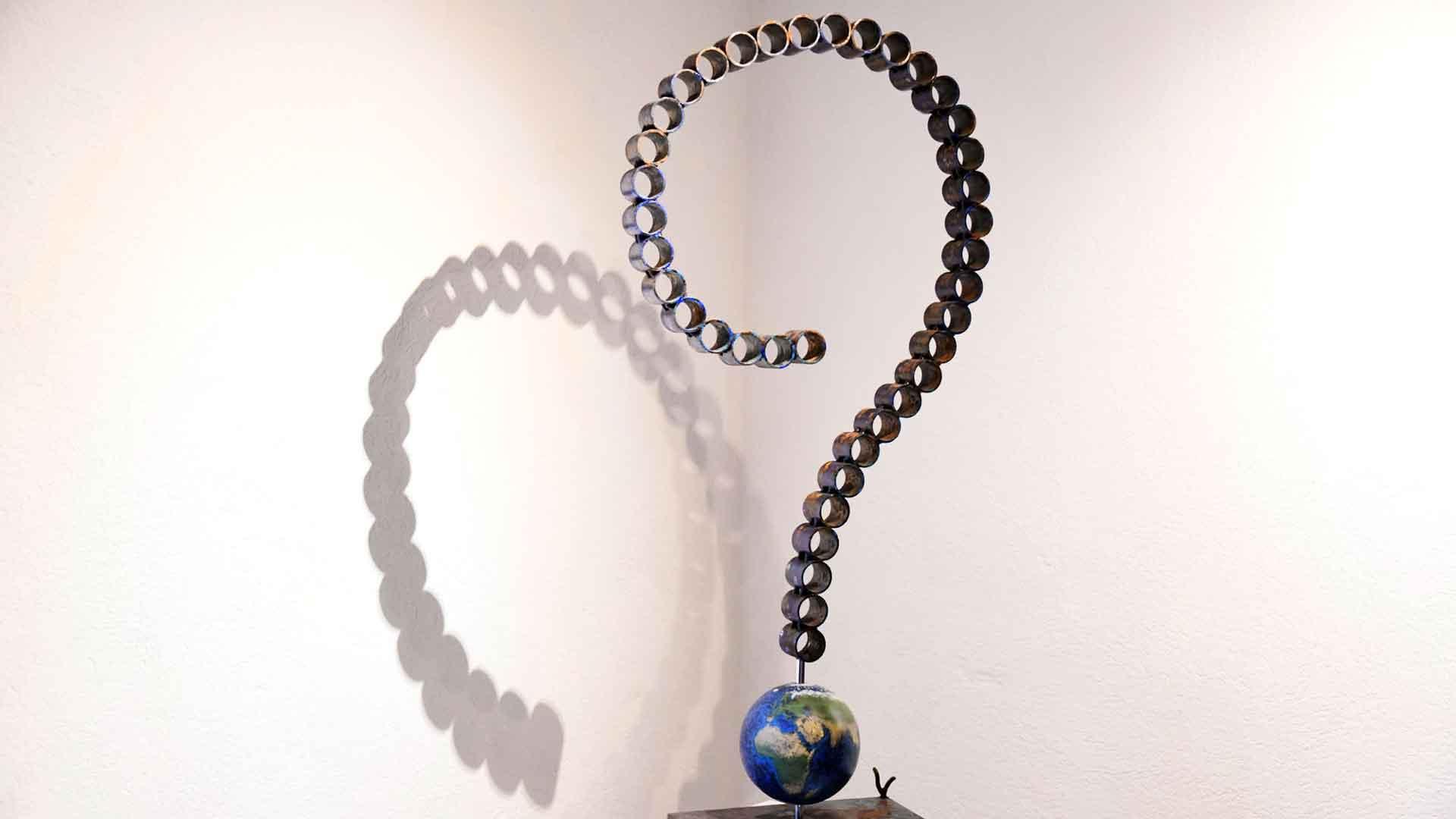 Sculpture d'acier brut, oxydé et peint « Point d'interrogation »