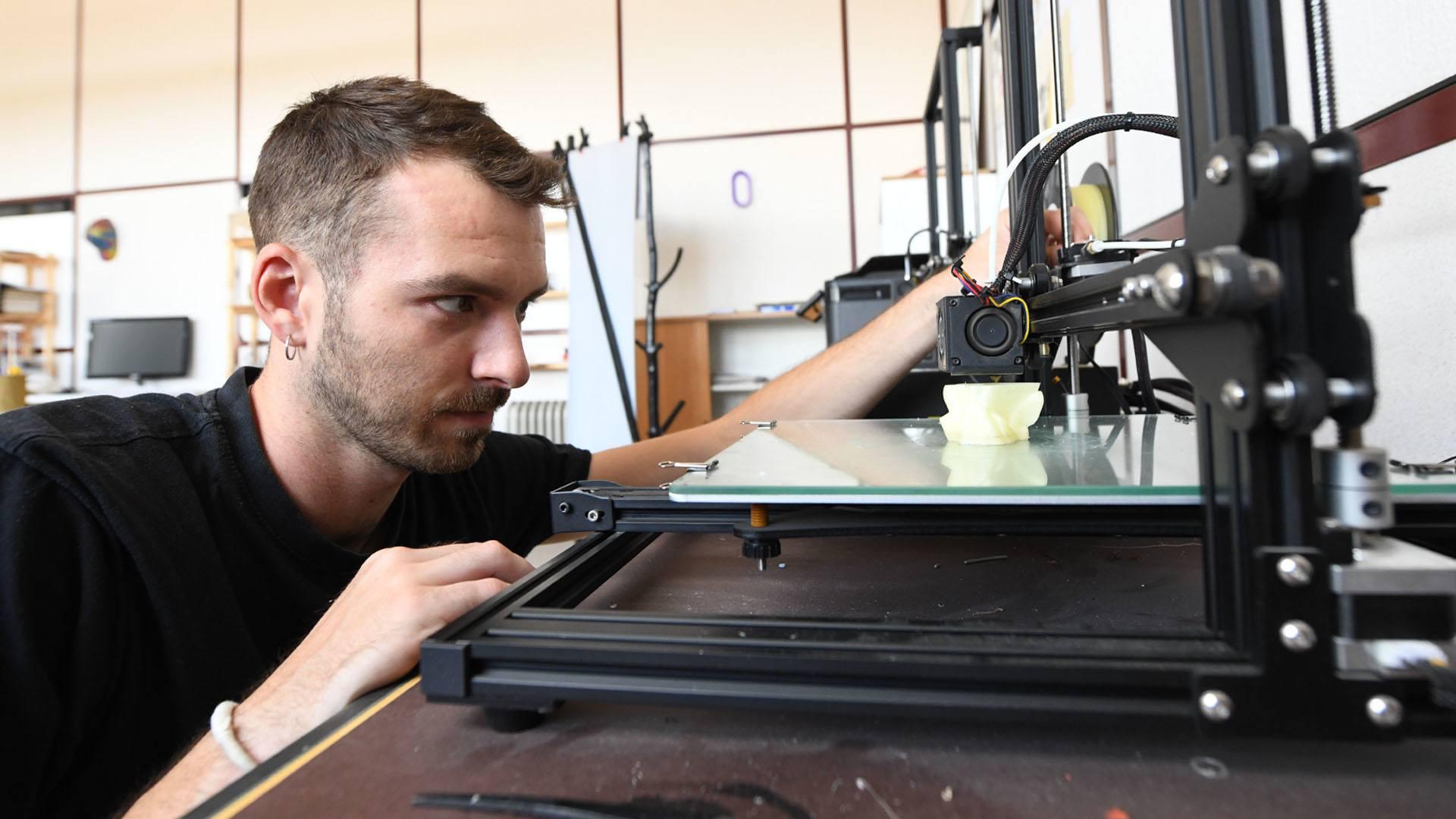 Thomas au travail sur l'imprimante 3D