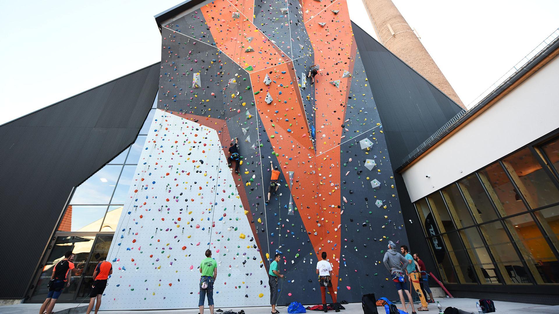 Climbing Mulhouse Center, on grimpe et on accroche : le mur extérieur de 25 mètres