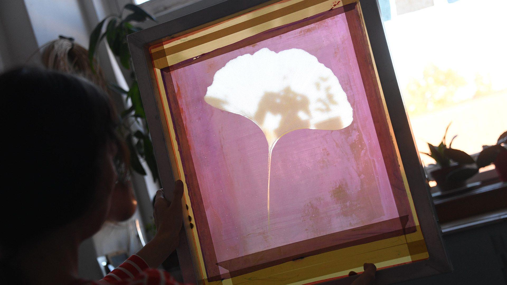 Juliette Vergne artisan designer textile - Fleur de ginkgo biloba sur écran