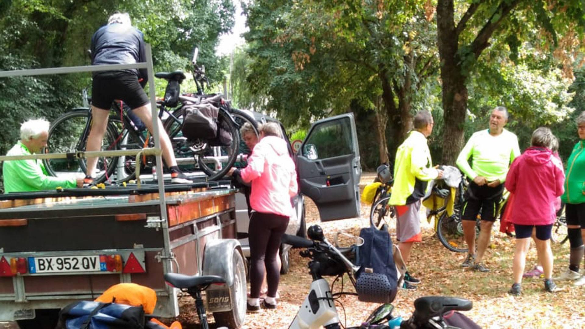 L'Alsace à vélo, installation technique des vélos sur la remorque