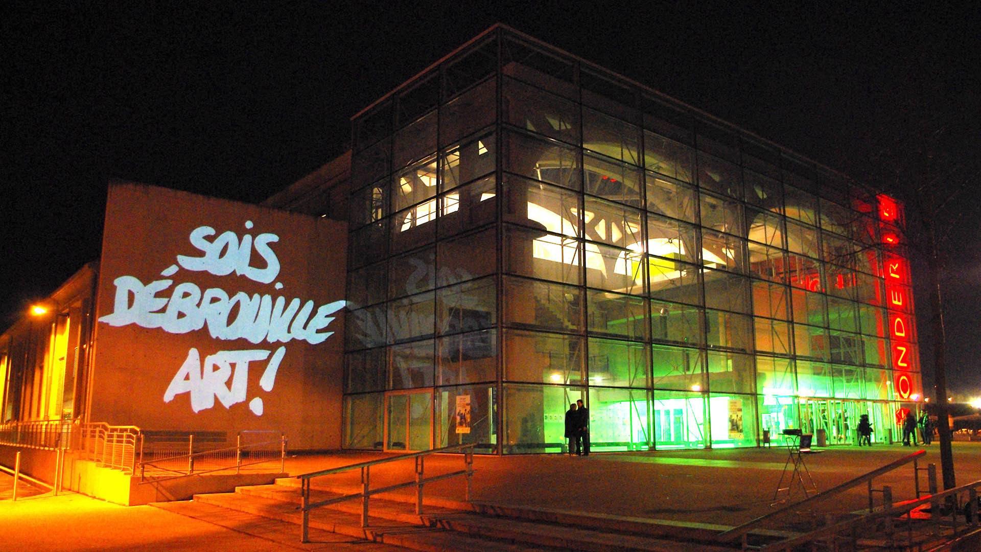 Pierre Fraenkel un poète dans la ville : projection sur le bâtiment Fonderie à Mulhouse