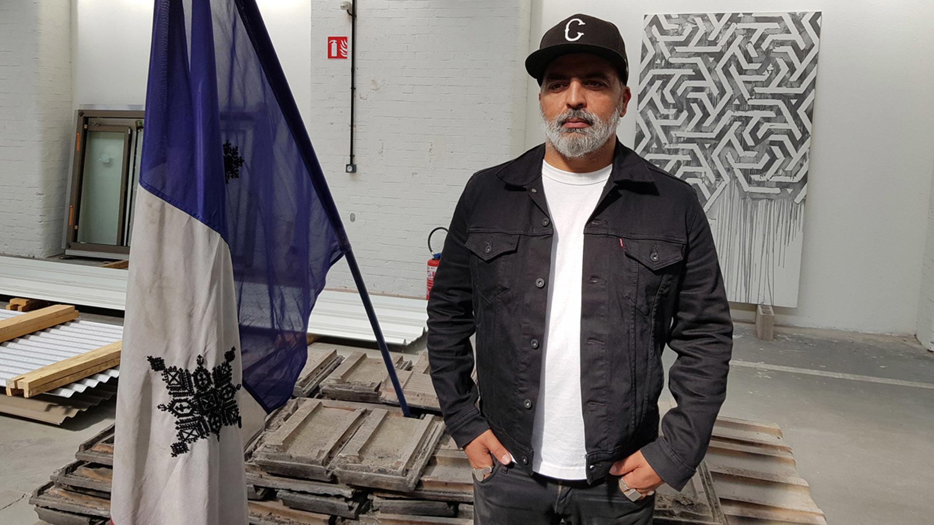 Fahd El Jaoudi devant ses oeuvres