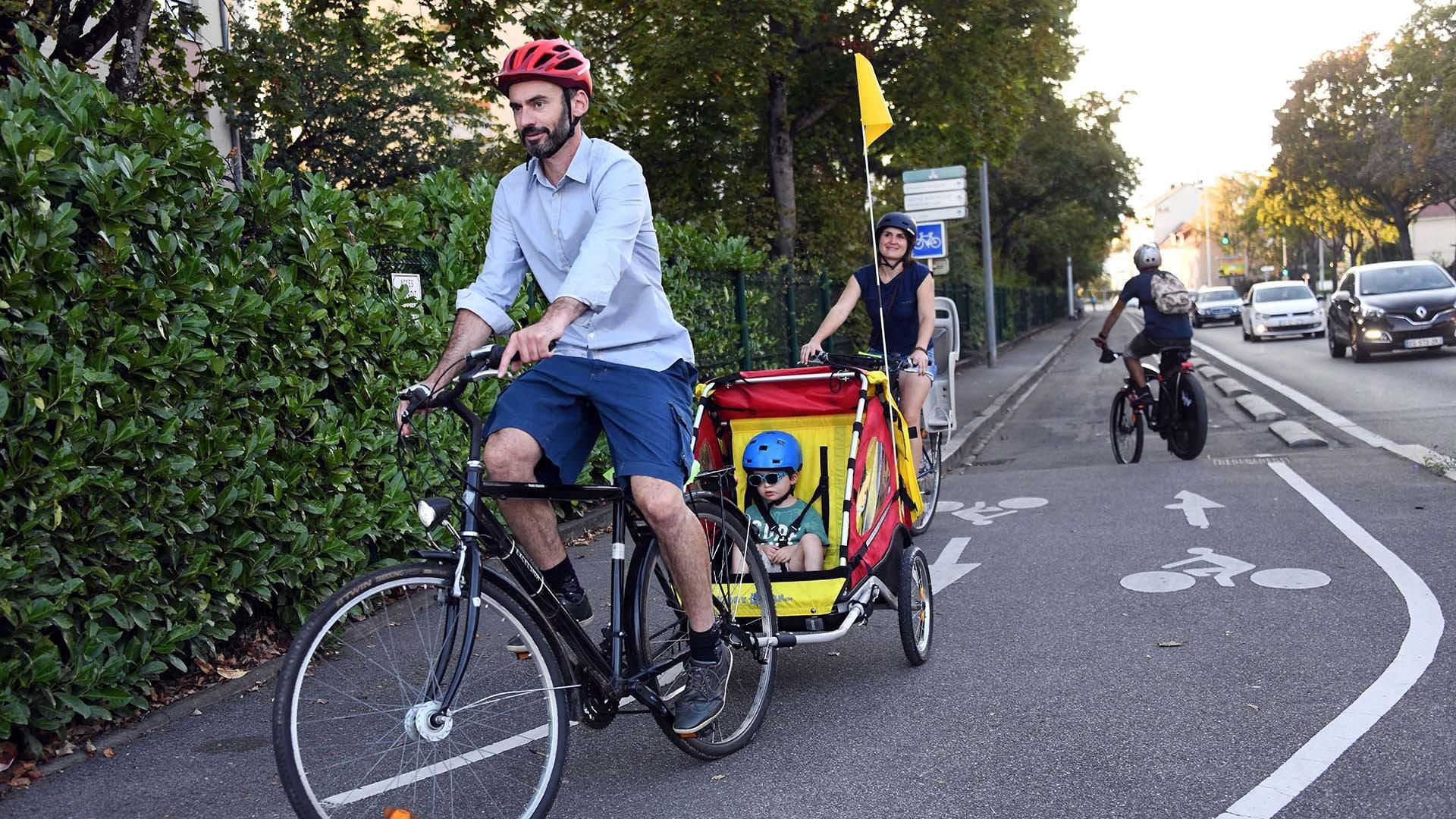 Une famille à vélo dans l'agglo
