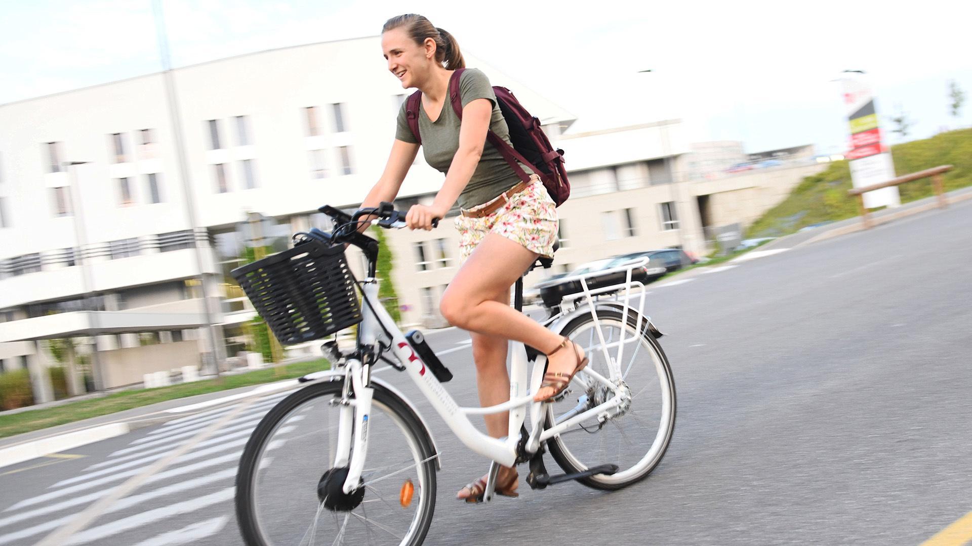 Vicky Brun : une sage-femme qui roule en vélo électrique - Une solution électrique pour grimper les collines