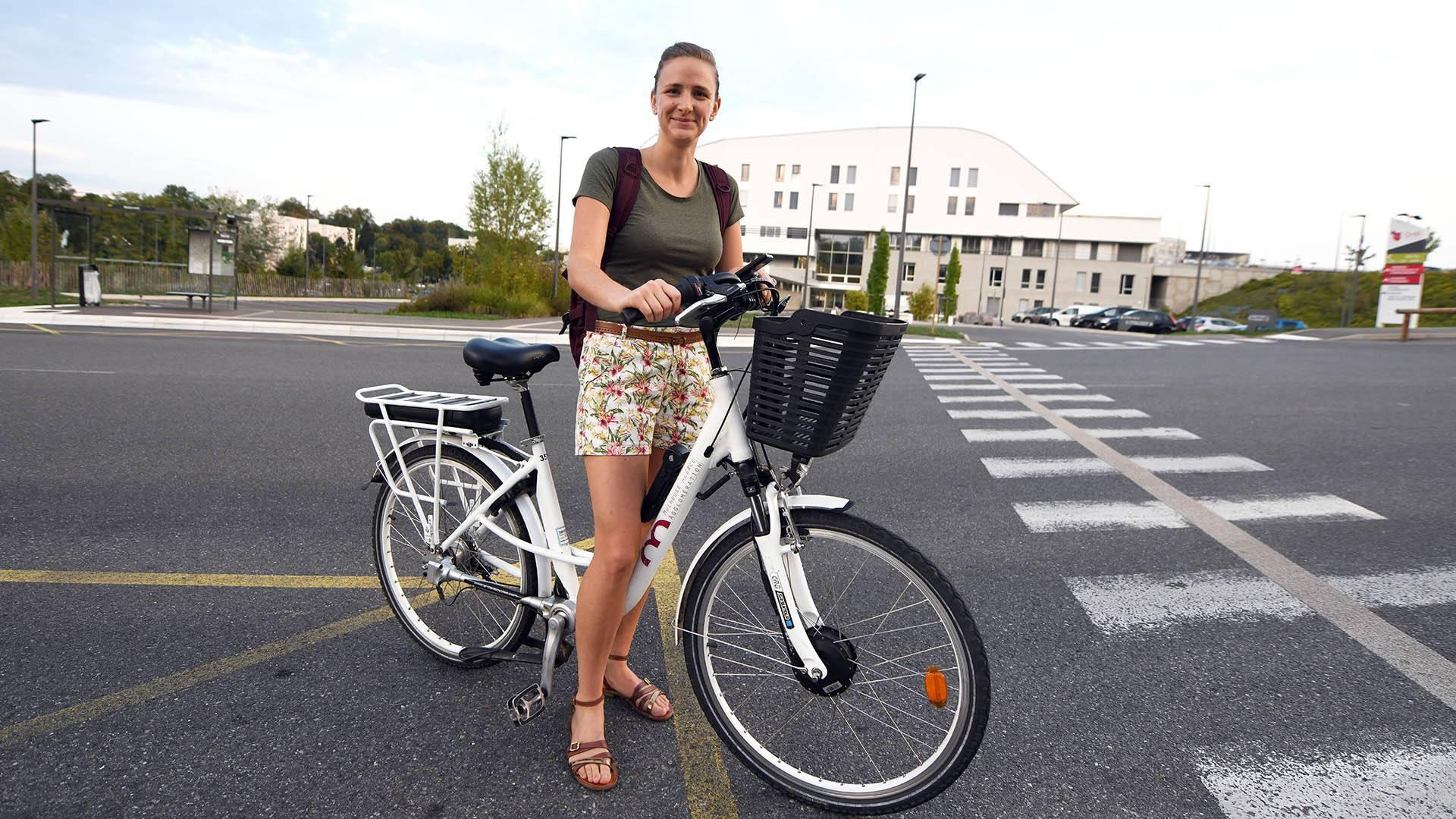 Vicky Brun : une sage-femme qui roule en vélo électrique