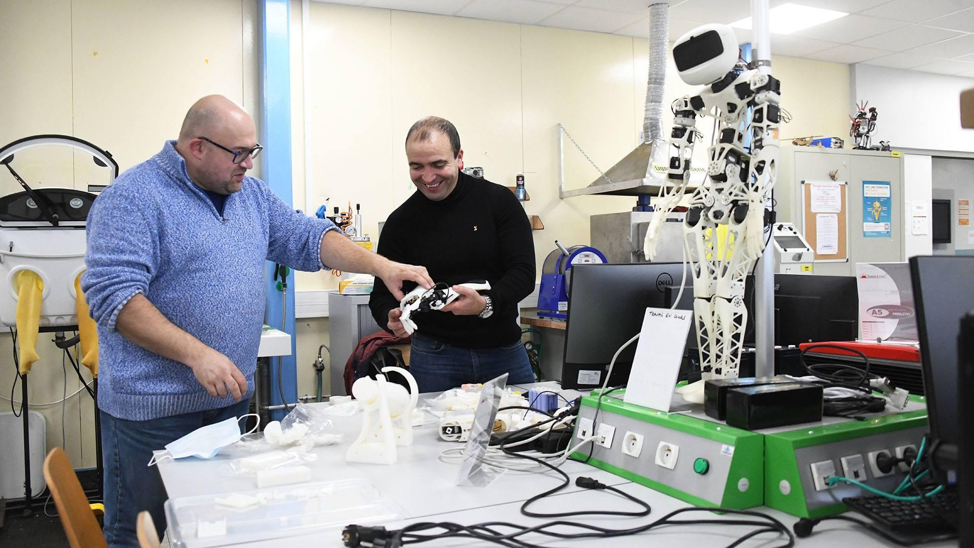 Mulhouse une prothèse de main intelligente développée par l'IUT : Djaffar Ould Abdeslam enseignant-chercheur et Christophe de Sabbata technicien animateur de l'IUTLab