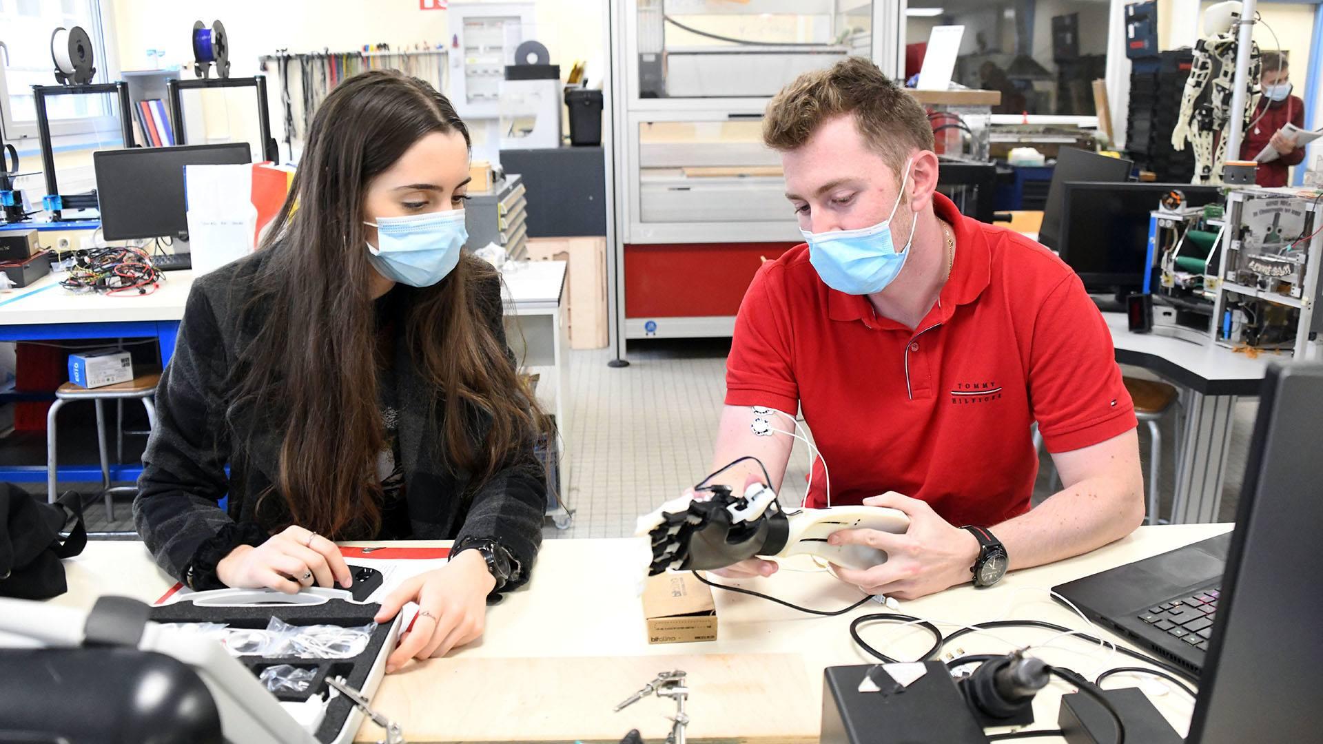 Mulhouse une prothèse de main intelligente développée par l'IUT : Sophie Guitard et Michael Szand étudiants de GEII