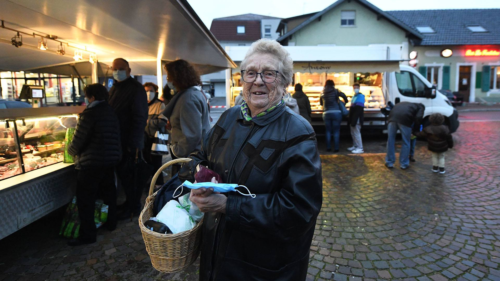 Zillisheim un nouveau marché de producteurs : Jacqueline a le sourire avec son panier rempli de produits locaux