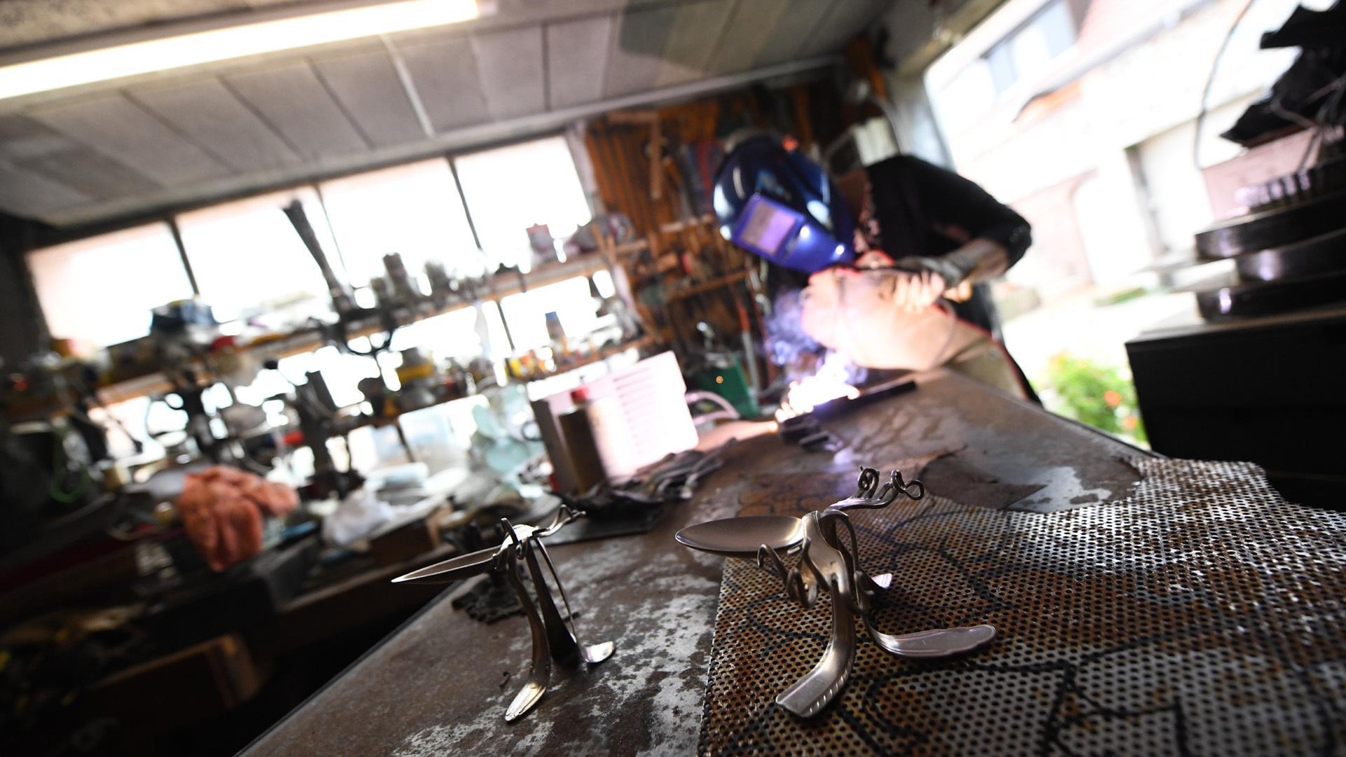 Wittenheim les métaux se recyclent avec Valérie Reiset : Valérie au travail de soudure