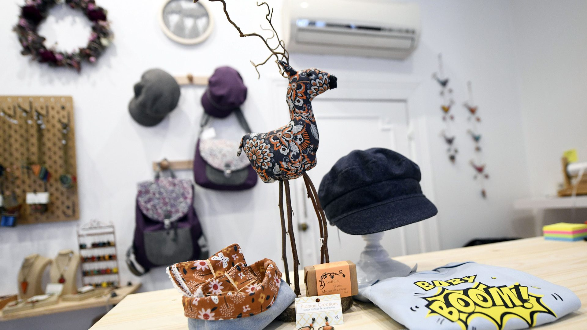 Un artichaut et des Etoiles sous le sapin : un grand choix d'objets artisanaux