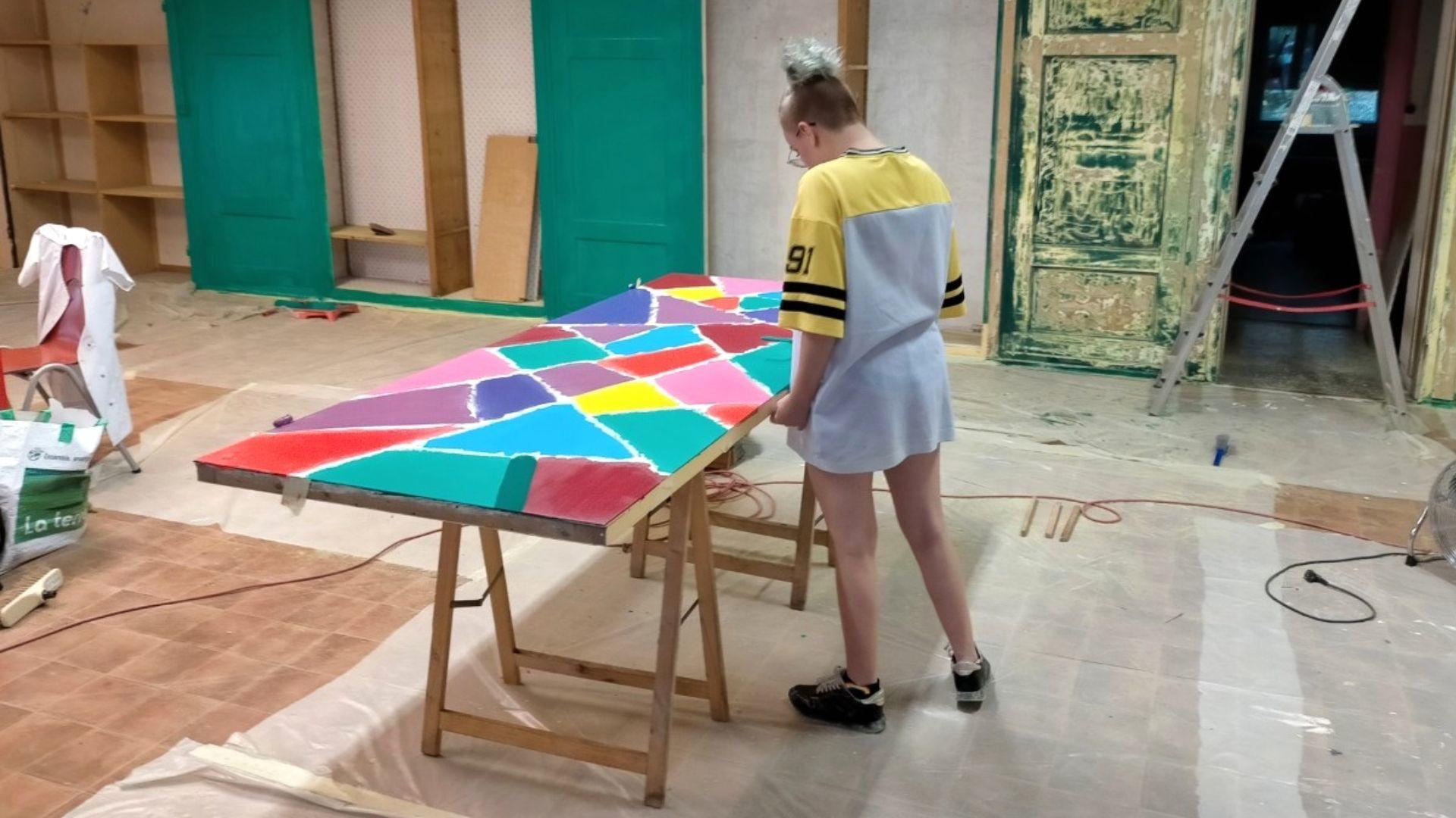 Mulhouse bienvenue à la friperie Péan : Manon transforme une porte en oeuvre d'art
