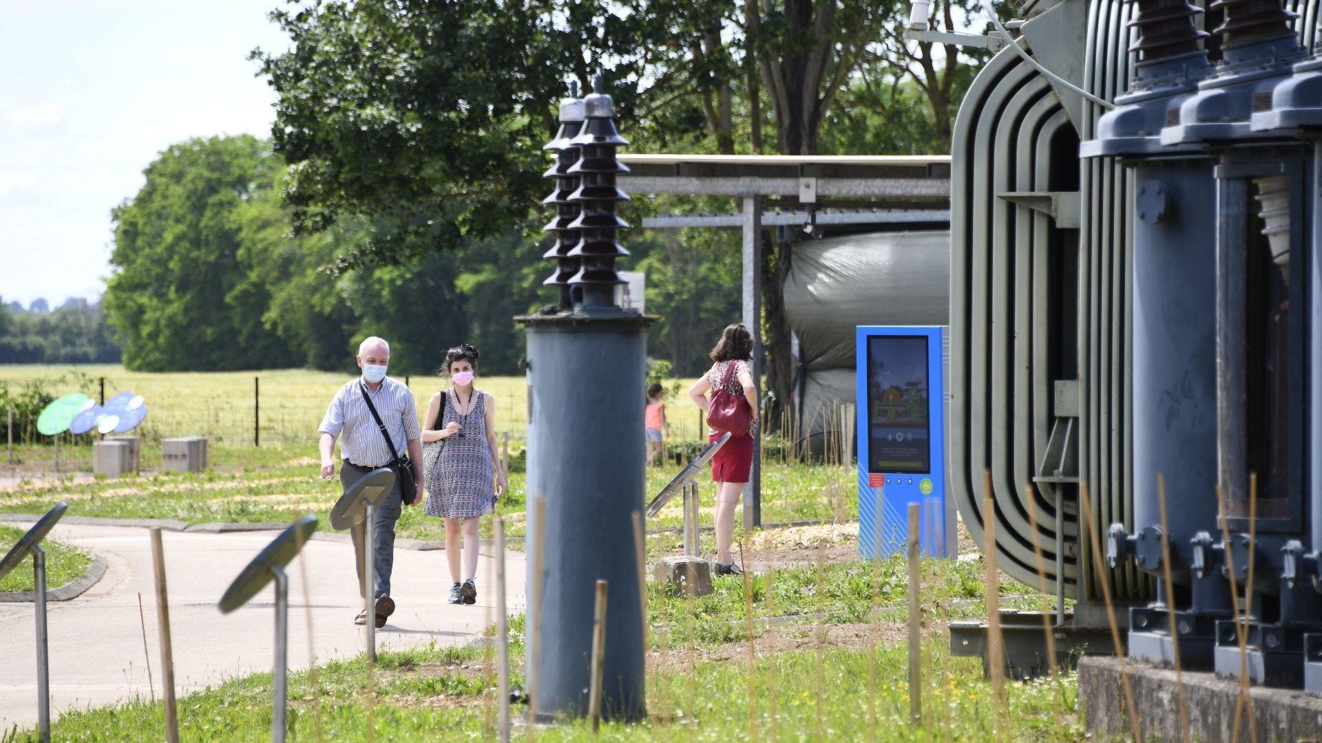 Du nouveau au musée Electropolis : des visiteurs qui flânent