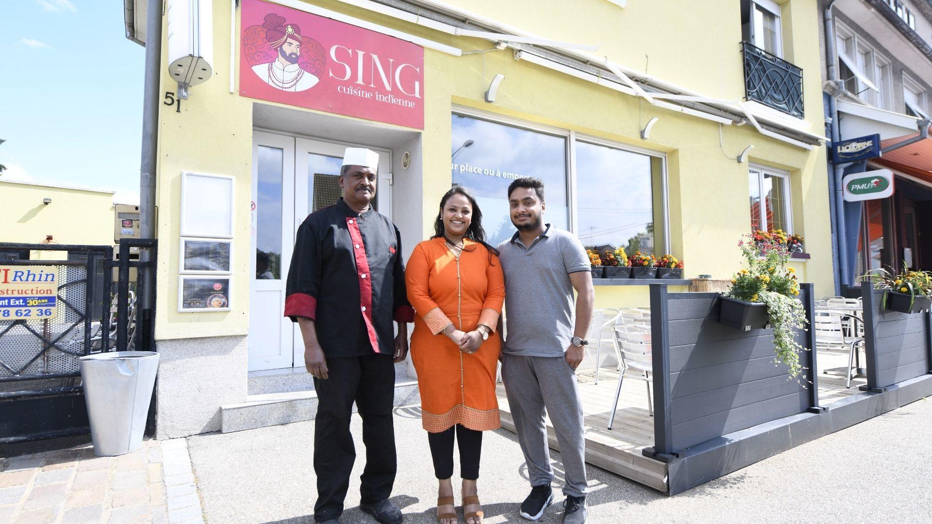 de gauche à droite --> Rajasingham (chef cuisinier), Antonitta (Vinu) et Anton, son mari